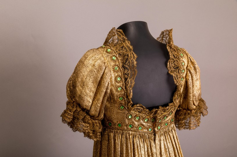 Mary Pickford's stunning gown reveals its secrets.